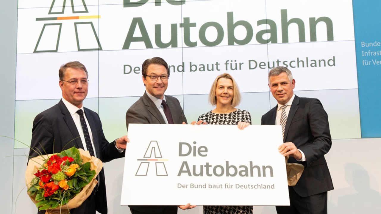 0b8a1cbb9f Führungsmannschaft und Logo der Autobahn GmbH des Bundes stehen - DVZ